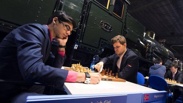 Le champion du monde d'échecs Magnus Carlsen annule avec les Noirs contre Anish Giri - Photo © Alina L'Ami
