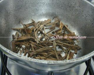 Panela quente com ervas secas