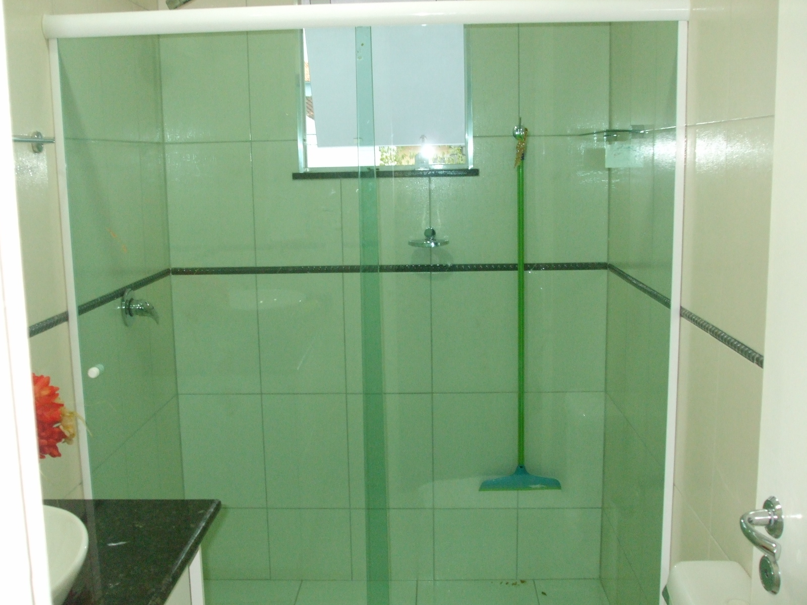 Box de vidro temperado 8mm nas cores verde bronze fume incolor e  #92392E 1600x1200 Banheiro Box Verde