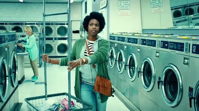 Jugando al Candy Crush en la lavandería