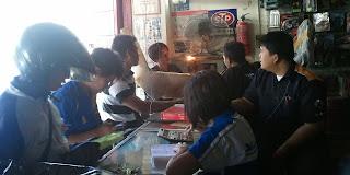 Melayani penjualan di Toko Korea Motor.