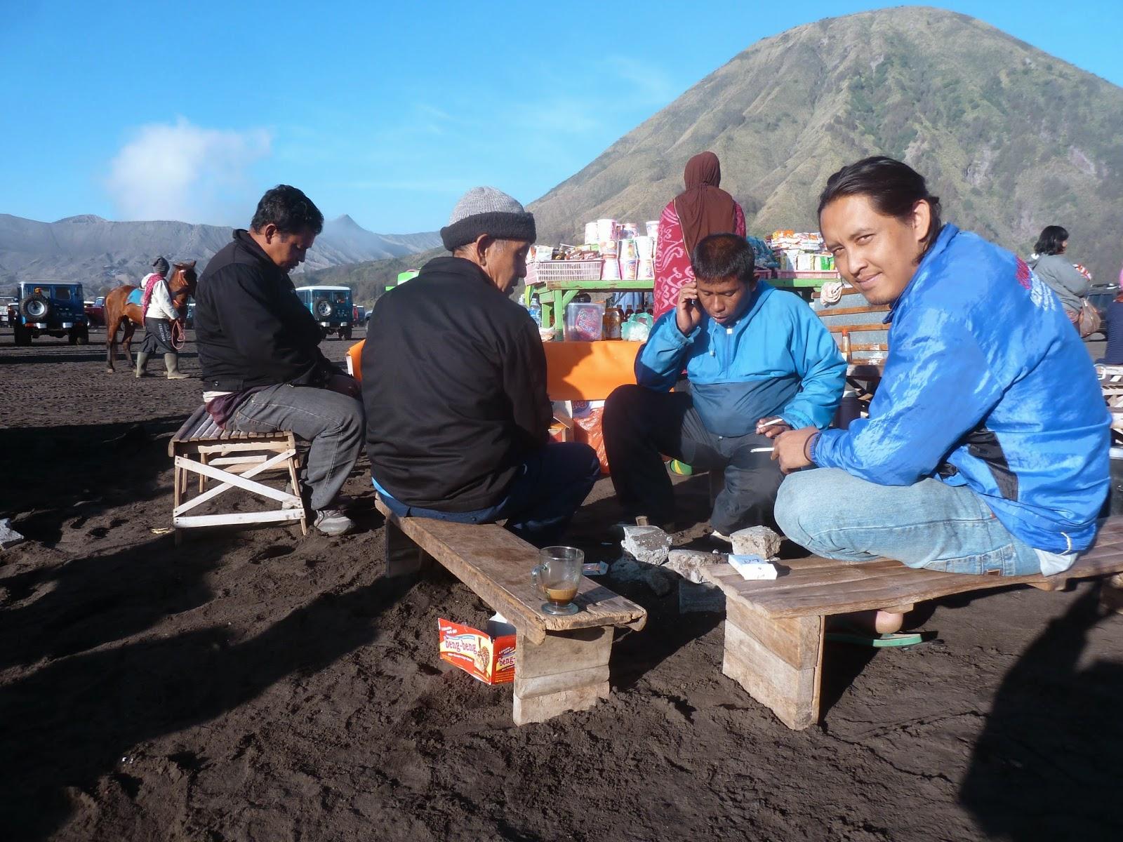 Para kru driver hardtop menunggu wisatawan yang naik ke kawah Gunung Bromo