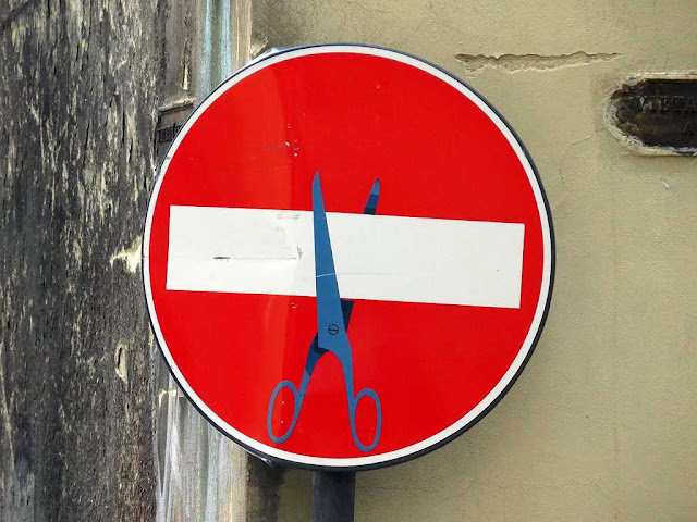 Clet Abraham, no-entry sign with scissors, via delle Seggiole / via dei Pandolfini, Florence