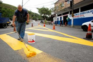 Revitalização da sinalização horizontal na Rua Roberto Rosa, em São Pedro