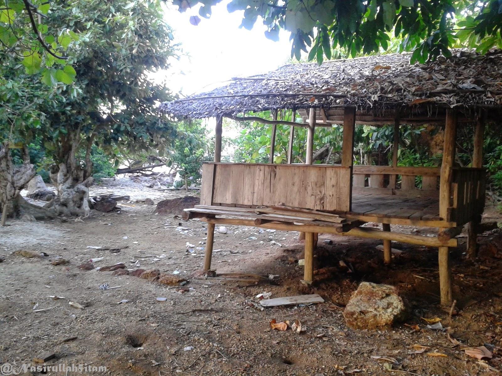 Gubuk posko 3 dan pohon kembar di Ujung Batuwalang