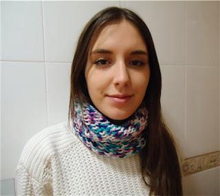Julia con su cuello de tonos azules