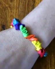 http://www.manualidadesinfantiles.org/pulseras-hechas-con-globos
