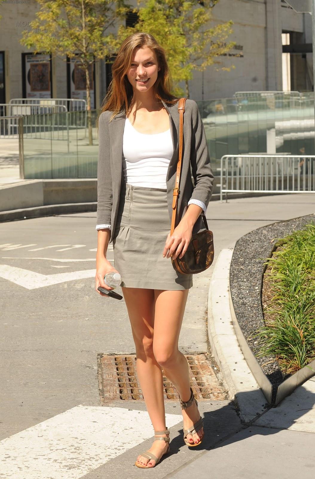 http://4.bp.blogspot.com/-0UKIjjHkALw/ULeKrvWHXXI/AAAAAAAAAaA/-zuGLUy-CwA/s1600/Karlie-Kloss-Feet-326383.jpg