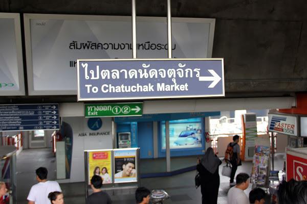 Letreros del metro para ir al Mercado Chatuchak