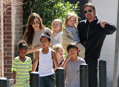 Angelina Jolie, Brad Pitt, Maddox, Pax, Zahara, Shiloh si gemenii Knox si Vivienne