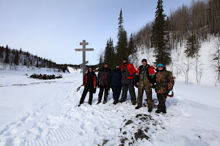 Группа туристов у памятного знака на реке Сула. Падун на Суле. Река Сула - левый приток Печоры. Ненецкий автономный округ.