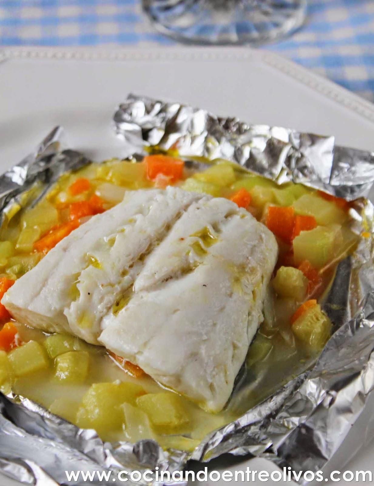 Cocinando entre olivos merluza en papillote con verduras for Cocinar filetes de merluza