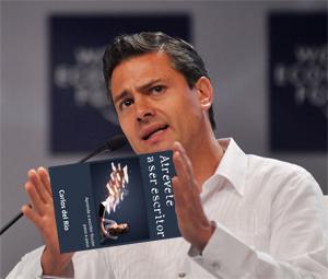 Enrique Peña Prieto con Atrévete a ser escritor, de Carlos del Río