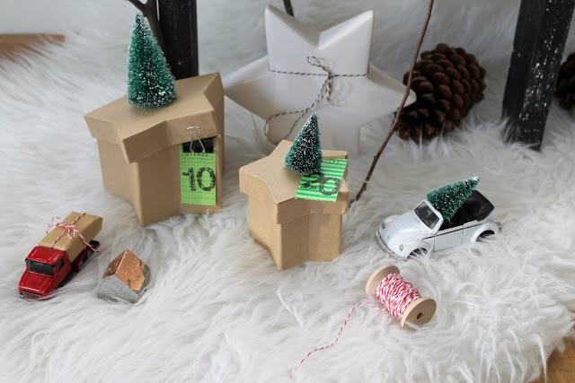 Adventskalender mit Wertmarken und Tannenbäumen