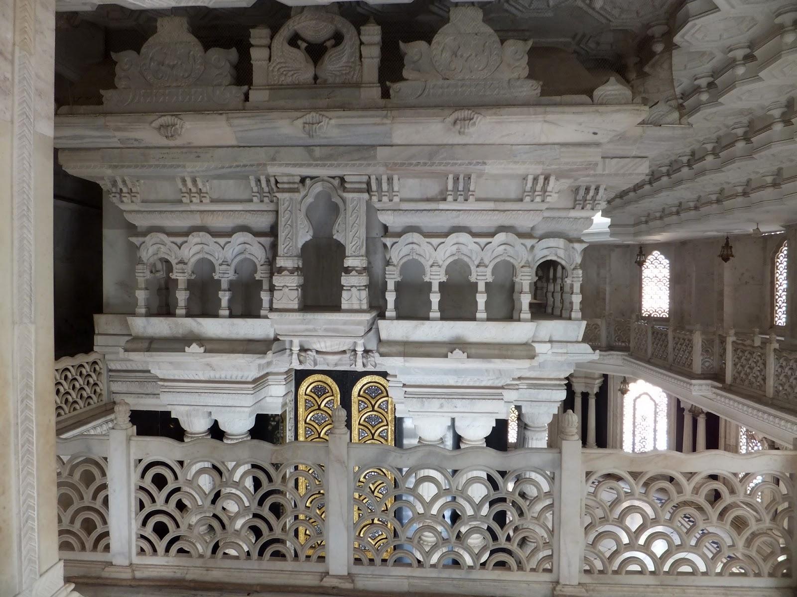 внутри индийского храма Кришны