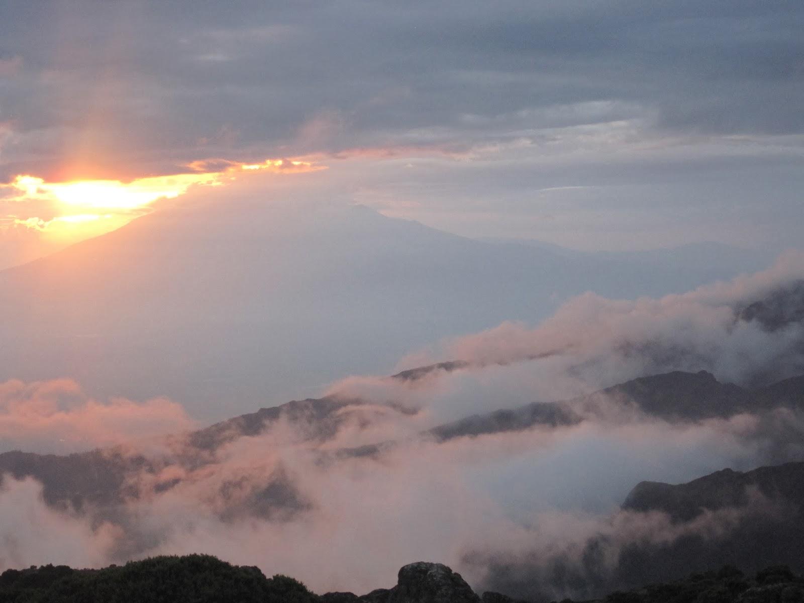 ENLACIMA-Paisaje-con-vistas-al-monte-Meru-Kilimanjaro-Ruta-Machame