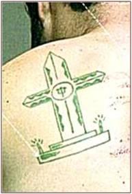 Tatuagem de cruz com velas