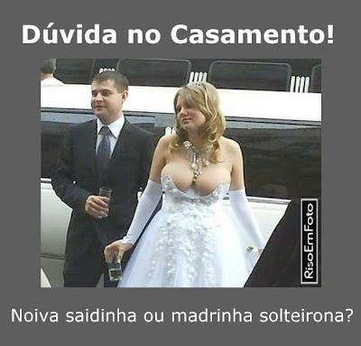 No casamento, noiva com seios fartos usa vestido super decotado.