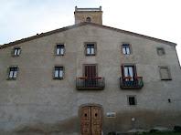 La façana principal orientada a ponent de Can Oliveres