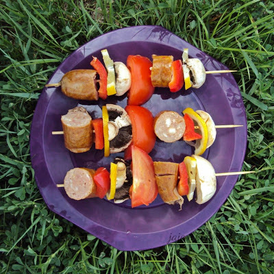 Szaszłyki z kiełbasy, pieczarek i pomidorów z grilla