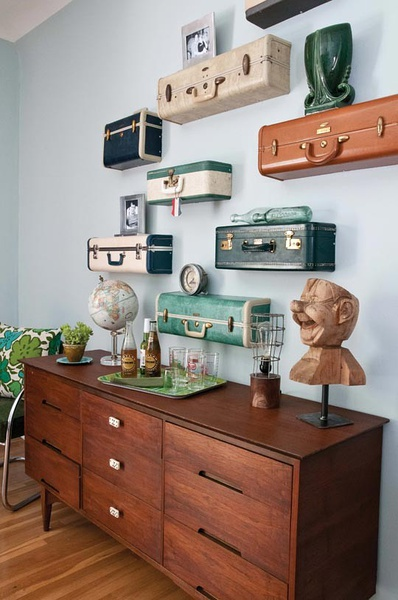 półki z walizek dekoracja z motywem podróżniczym