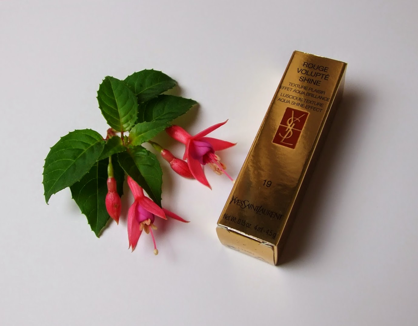YSL Rouge volupte shine lipstick Fuchsia in rage No 19 beauty blog review swatch lips