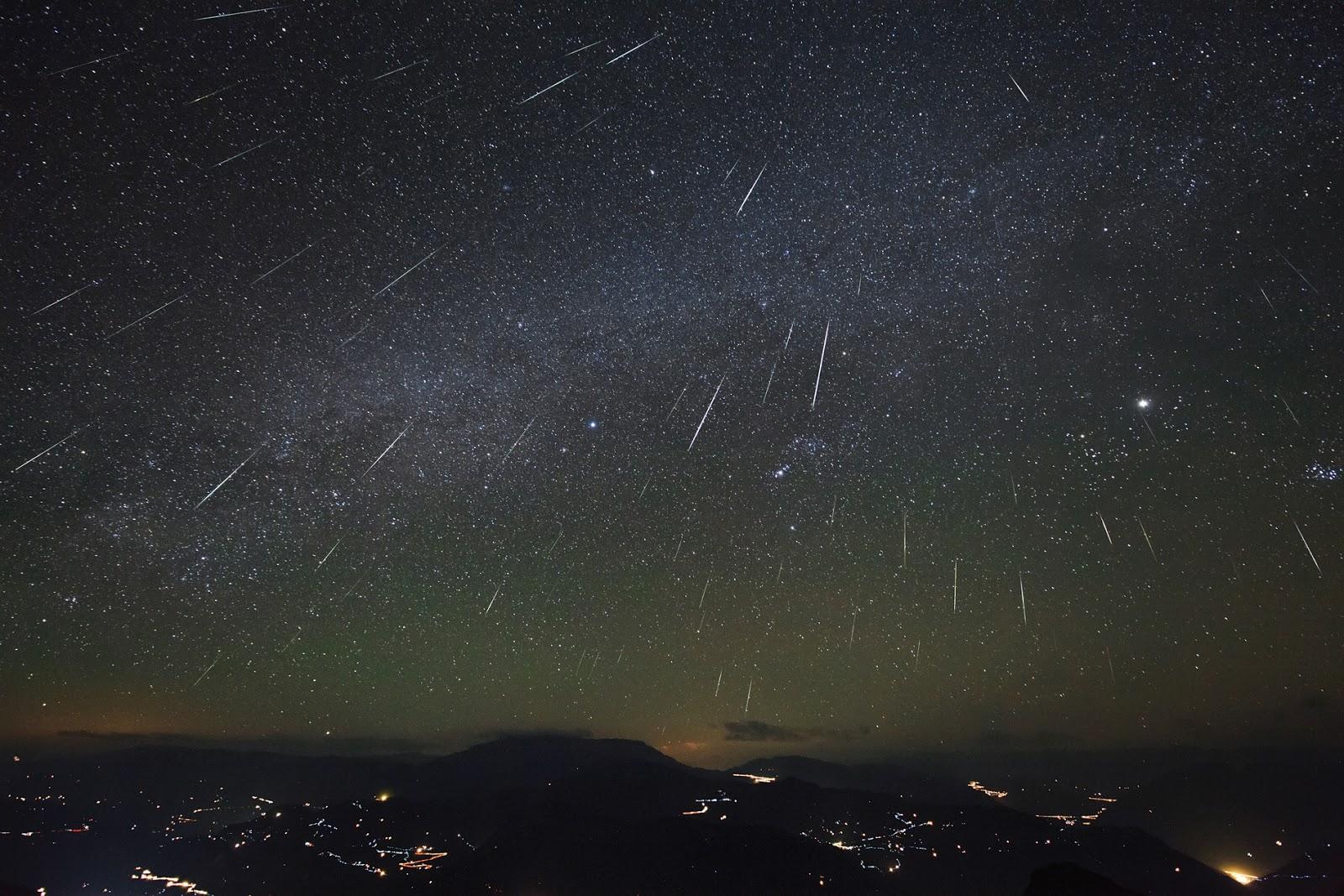 Hình ảnh mưa sao băng Geminid năm 2012. Đây là hình phơi sáng lâu, với việc phơi sáng những vệt sao băng kéo dài tới 3 tiếng đồng hồ trên bầu trời vùng đầm lầy Đại Sơn Bao (Dashanbao), Trung Quốc. Tác giả : Jeff Dai.