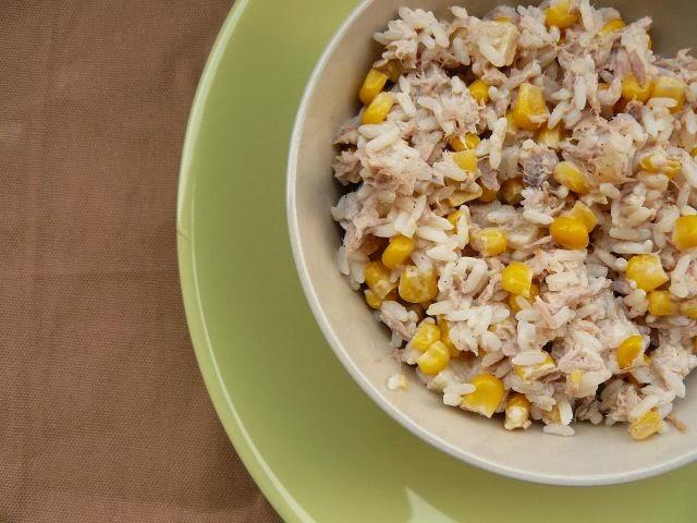 Sałatka z ryżem, tuńczykiem i ananasem