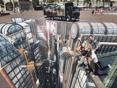 Dua kanak-kanak dan bapanya berlakon akan terjatuh dari puncak bangunan yang tinggi.
