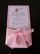 A fraldinha serve de envelope e dá um charme todo especial ao convite.
