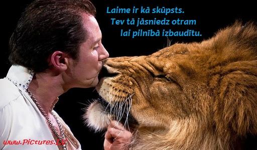 dresētājs skūpsta lauvu