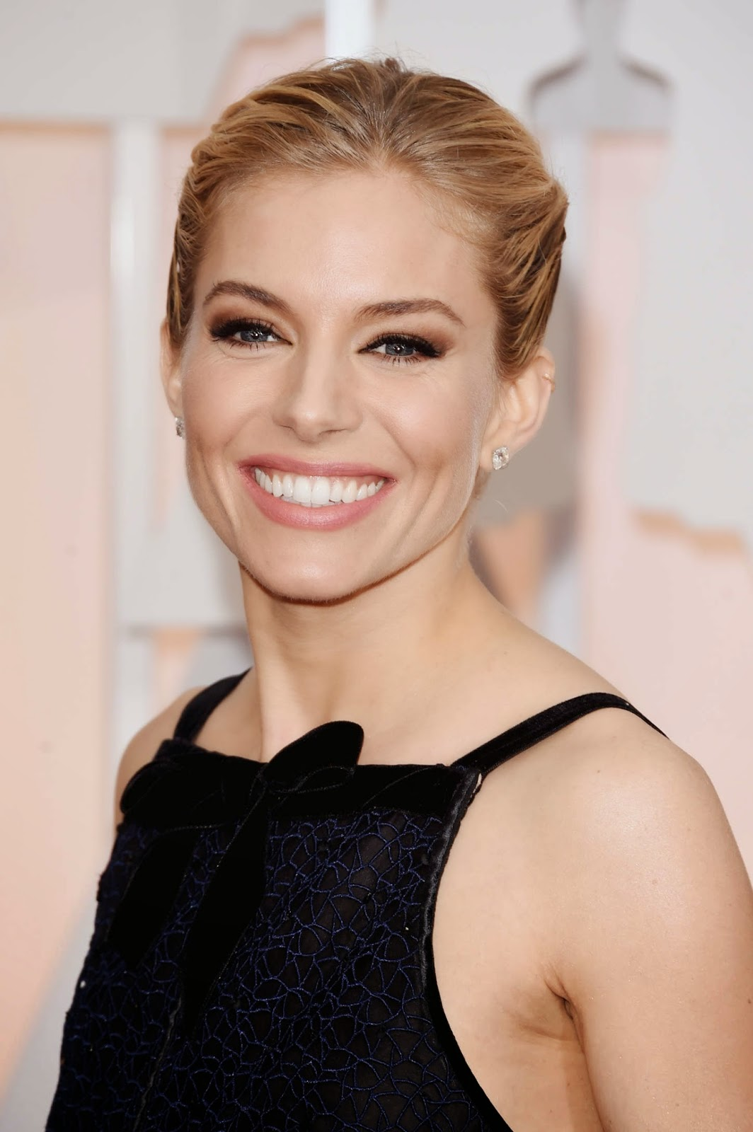 Sienna Miller wears Oscar de la Renta at the 2015 Oscars in Hollywood
