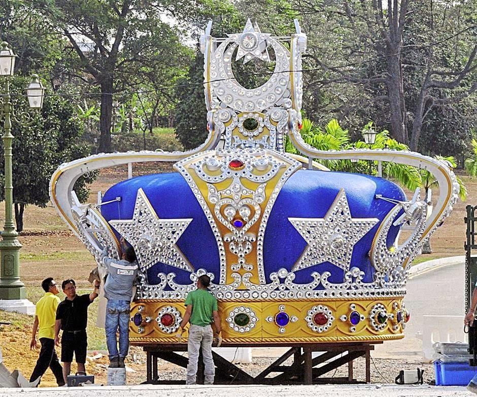 ジョホールバル・パレス前に巨大な王冠