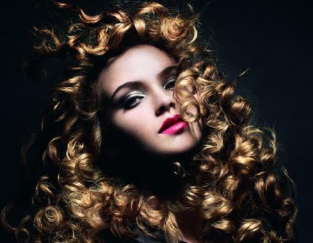 Къдрава тъмноруса коса Schwarzkopf тренд Dark Angels
