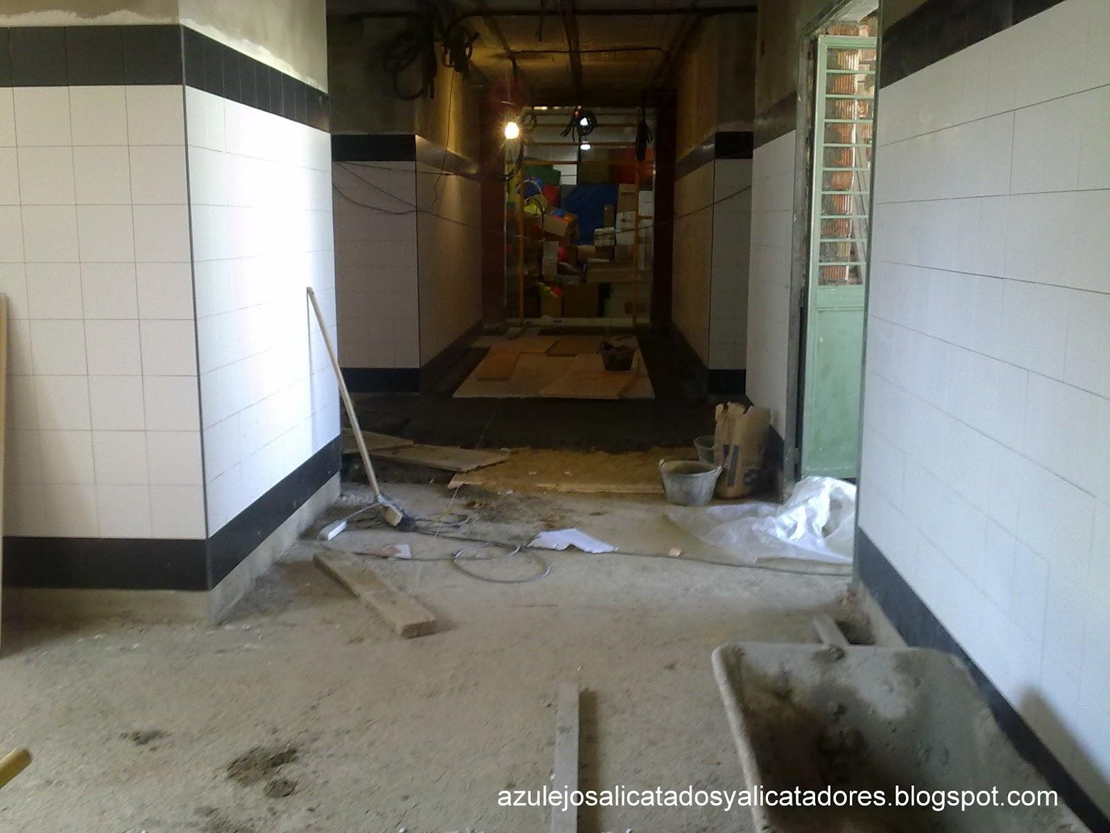 Azulejos Baño Huelva:Mientras trabajamos en los baños se procede a colocar la solería de