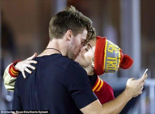 Miley Bercinta Dengan Anak Arnold Schwarzenegger, info, terkini, hiburan, sensasi, hollywood, miley cyrus,