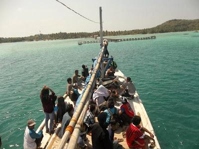 Kapal kami menuju Jembatan