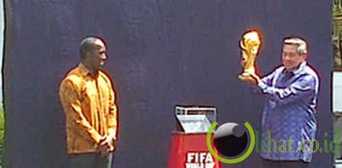 Angkat Piala Dunia