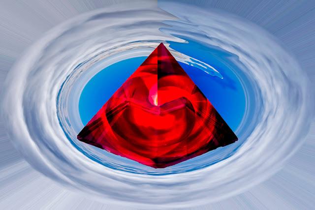 piramide di cristallo rossa in vortice di nuvole in cielo