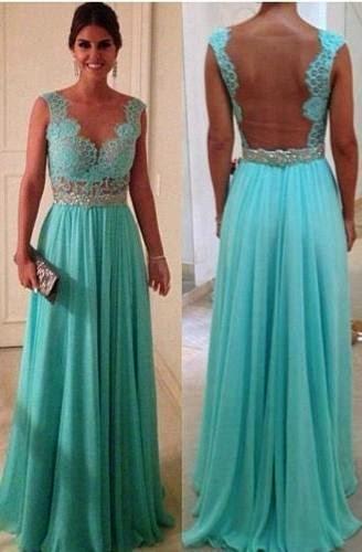 Modelo de vestido longo azul com tule nas costas