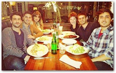 Gastón Soffritti y Candela Vetrano cenando con amigos