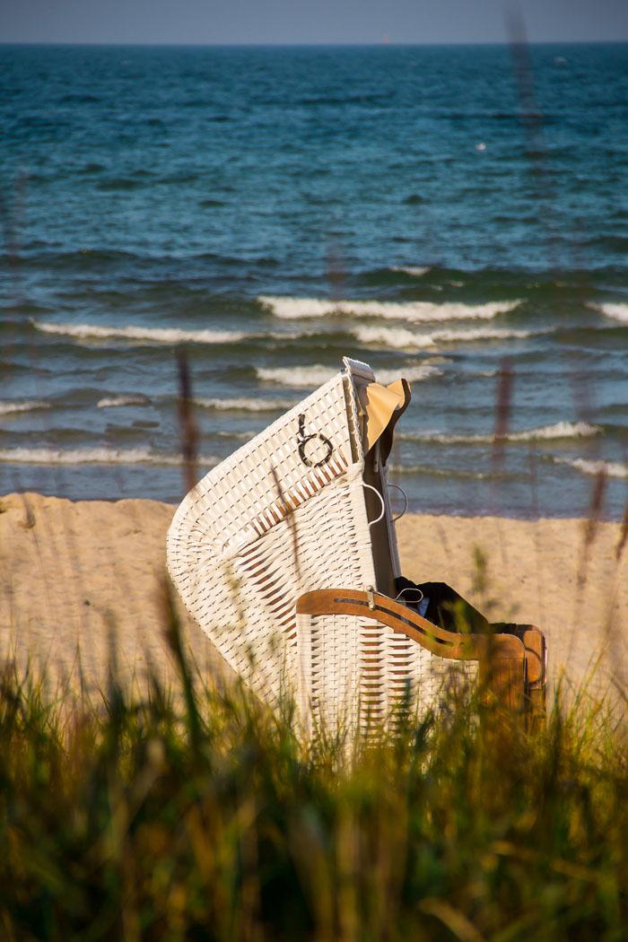 Timmendorfer Strand, Strandkorb und sanfte Wellen in der Abenddämmerung
