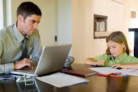 Pai trabalhando em casa pela internet