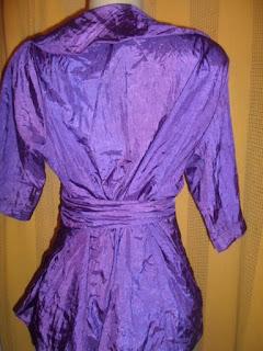 blusa  roxa de  transpasse em tafetá meia manga e gola evasê