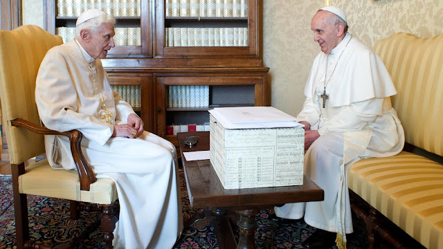Bento XVI e Francisco em reunião no castelo Gandolfo