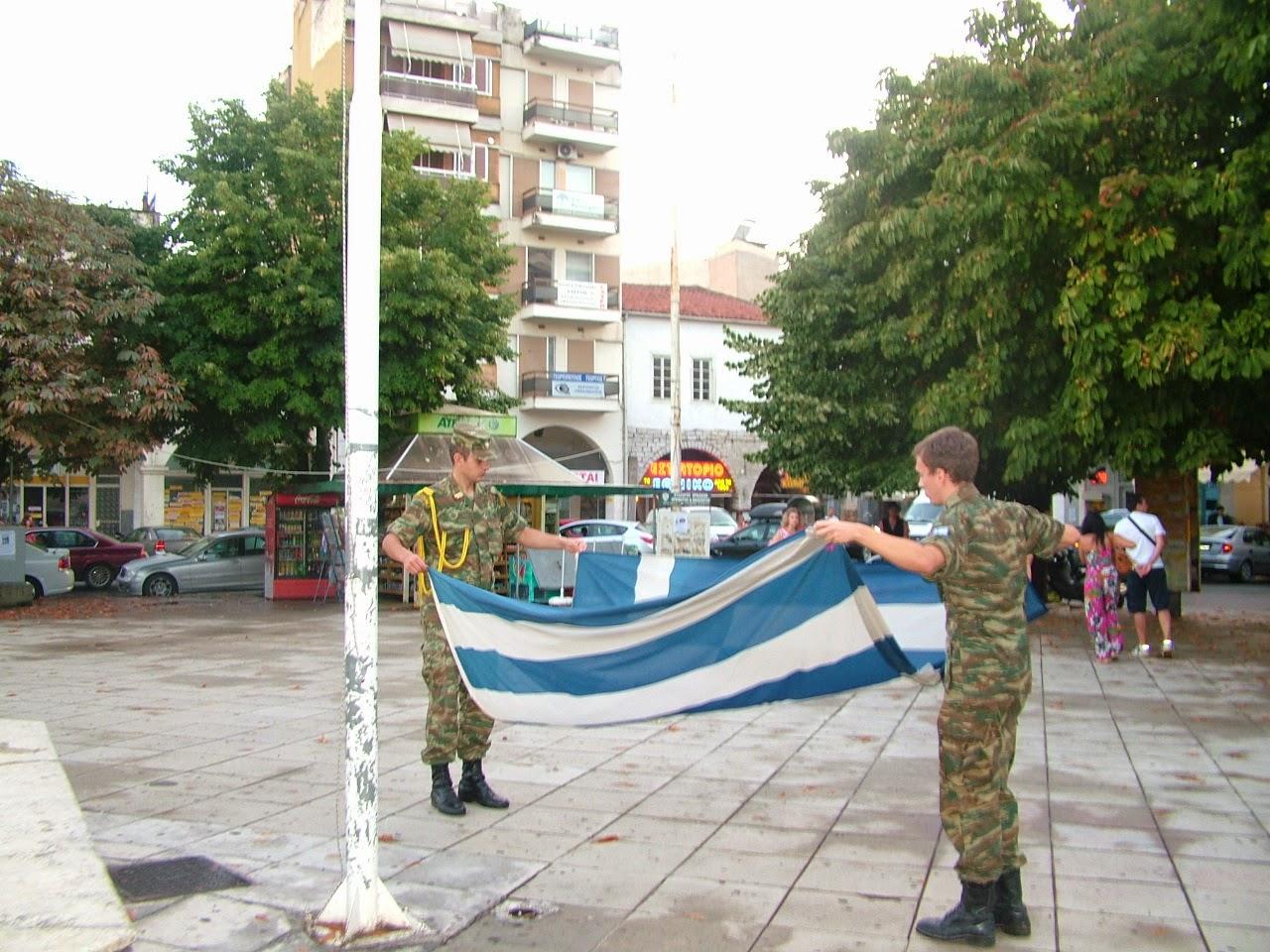 Υποστολή σημαίας στην Τρίπολη. Σταματούν μέχρι και τα αυτοκίνητα