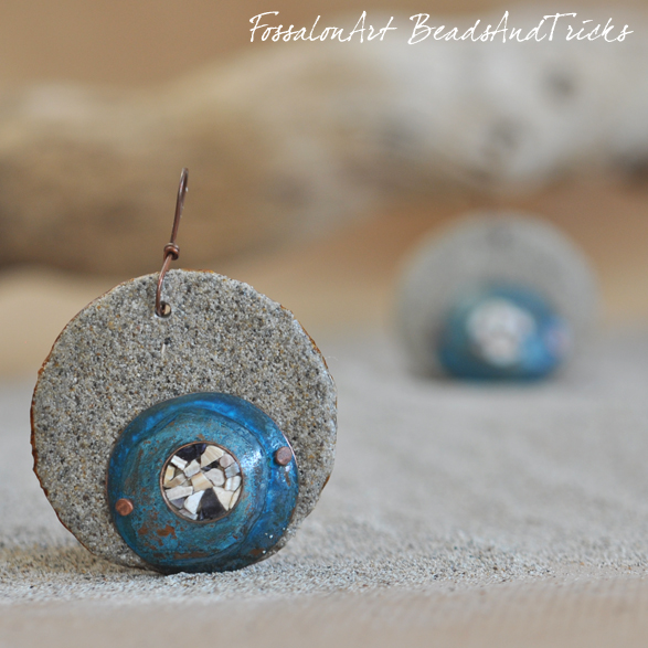 Orecchini in corda, sabbia, rame e frammenti di conchiglie