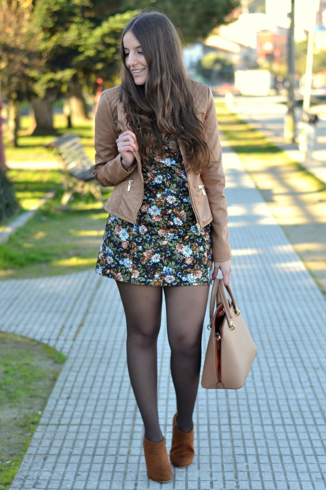 Cazadora de cuero y vestido de flores