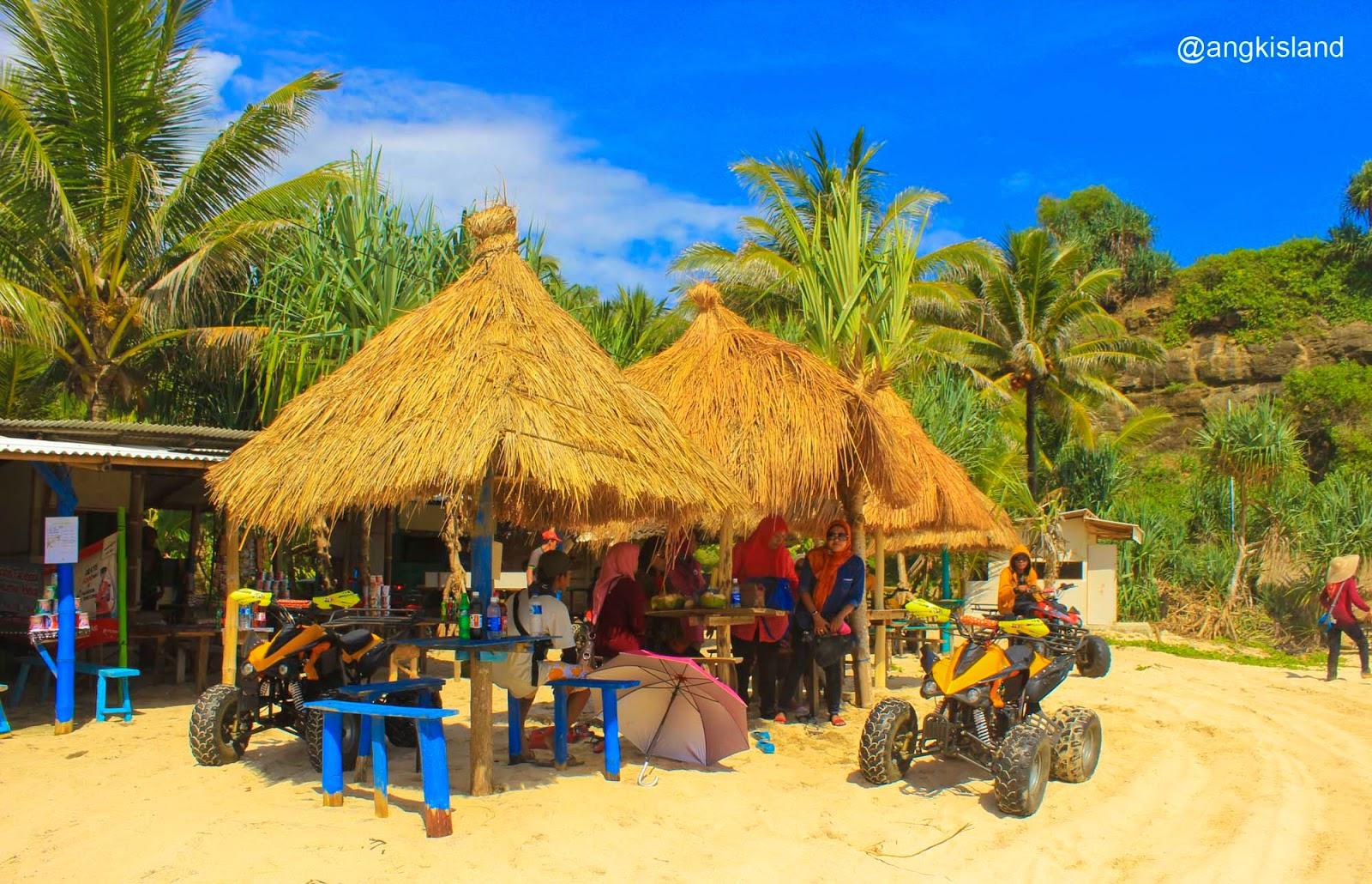 jalan di bawah pohon kelapa
