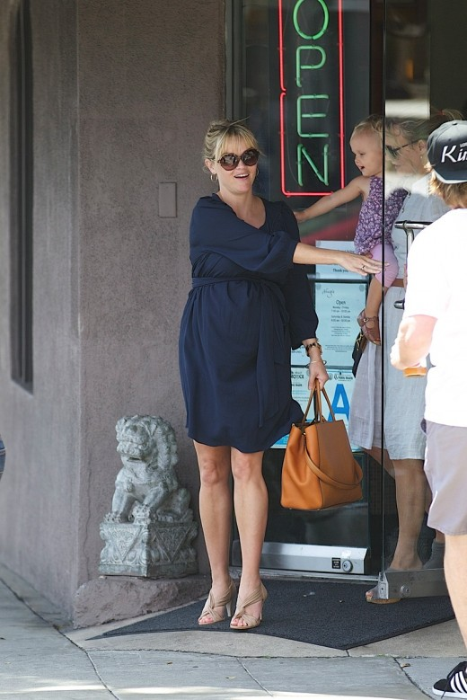 Reese Witherspoon Steps Out With Her Growing Baby Bump » Celeb News | Reese Witherspoon